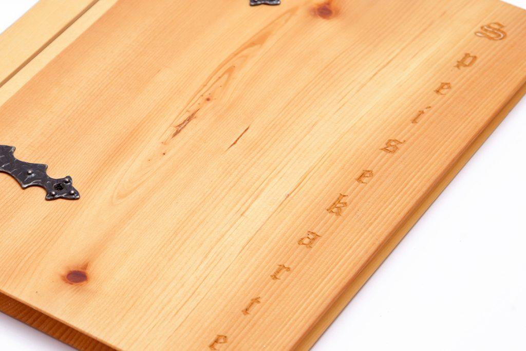 01-lasergravur-speisekarte-zirbenholz-buchbinderei-stundner