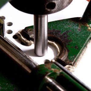 Buchbinder Sundner lochen in Papier oder Karton