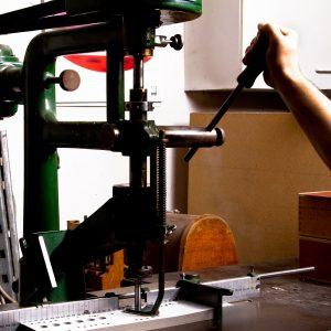 Buchbinderei Stundner lochen in Karton Papier lochen