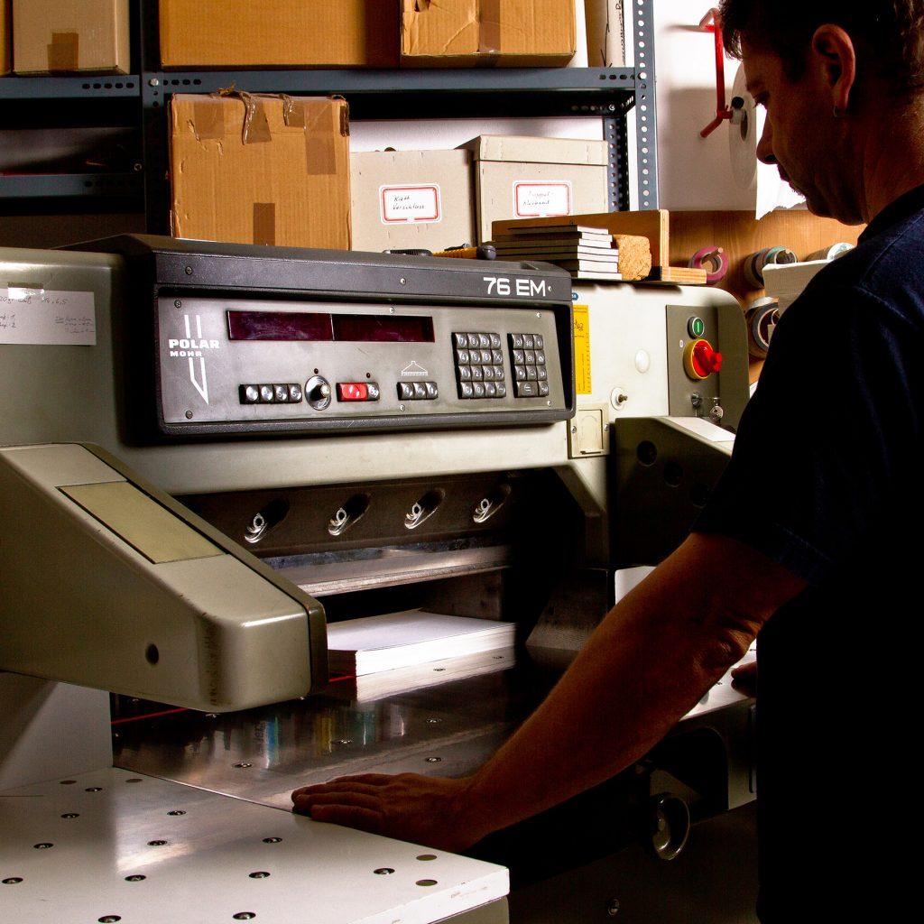 buchbinderei stundner salzburg schneiden polar 70 papier karton kunststoff fahnenstoff schneidearbeiten