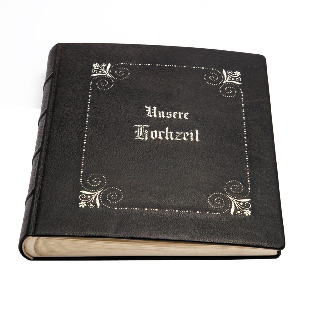 Dieses Bild hat ein leeres Alt-Attribut. Der Dateiname ist federkielstickerei-hochzeit-lederbuch-echt-leder-gaestebuch-fotoalbum-fotobuch-handgemacht-buchbinderei-stundner-02-Kopie-1024x1024.jpg